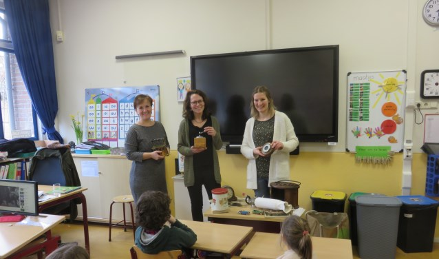 V.l.n.r. Directeur Marjolein Reurink, leerkracht Roos-Marieke van Viegen en gastdocente Elleke Eek.