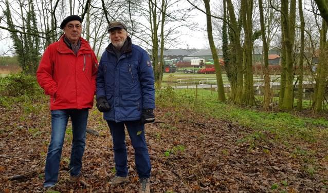 Nico de Haan (rechts) en Jan Ruijgrok zijn opgetogen over de vondst van een dassenburcht