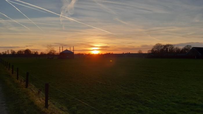 een mooie zonsondergang na een vrijwel wolkenloze dag