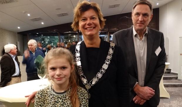 Jette Geldens kinderburgemeester, wethouder Erika Spil en de gemeentesecretaris