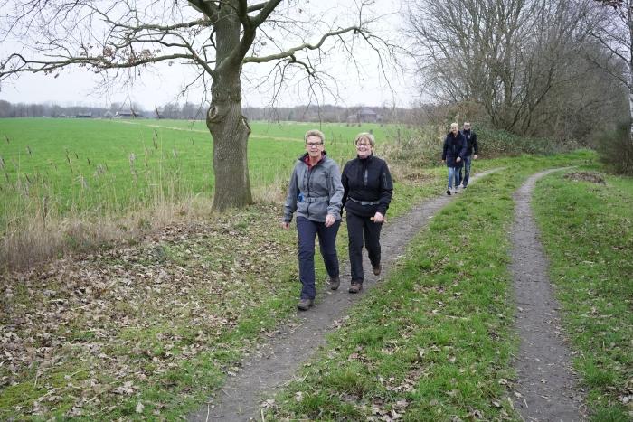deelnemers lopen door het gevarieerde Woudenbergse landschapfl