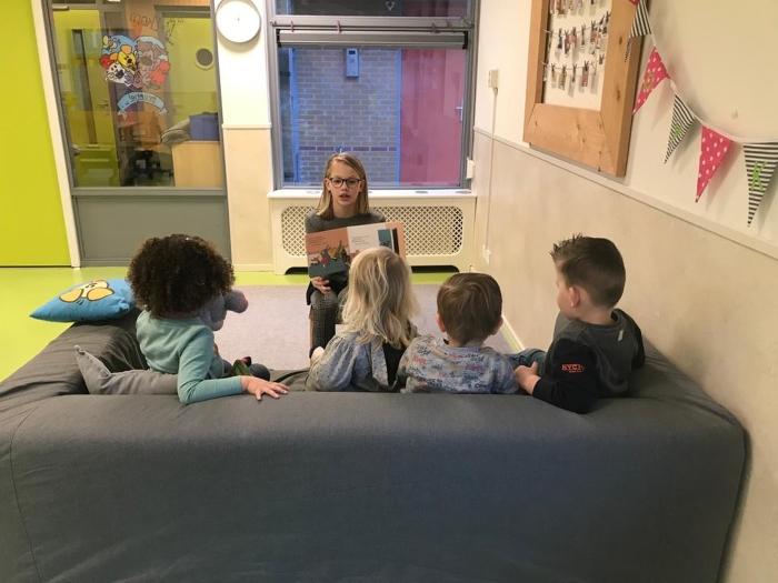 Leerling uit groep 8 leest voor bij Happy Kids