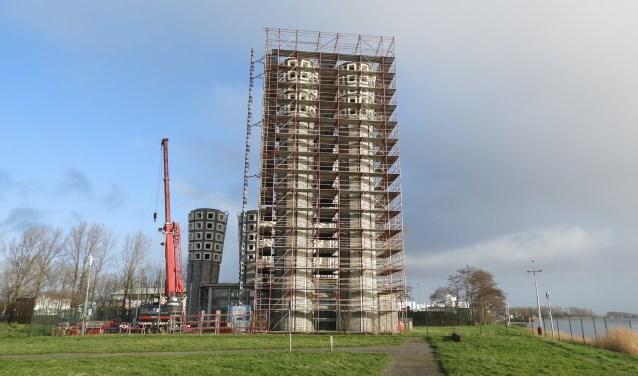 De renovatie van de ventilatietorens aan de noordzijde van het Noordzeekanaal zijn in volle gang.