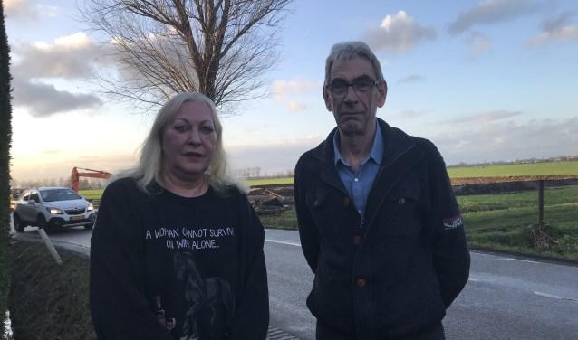 Linda van Santen en Paul Verberk op de oprit aan de Haarweg met op de achtergrond passerend verkeer