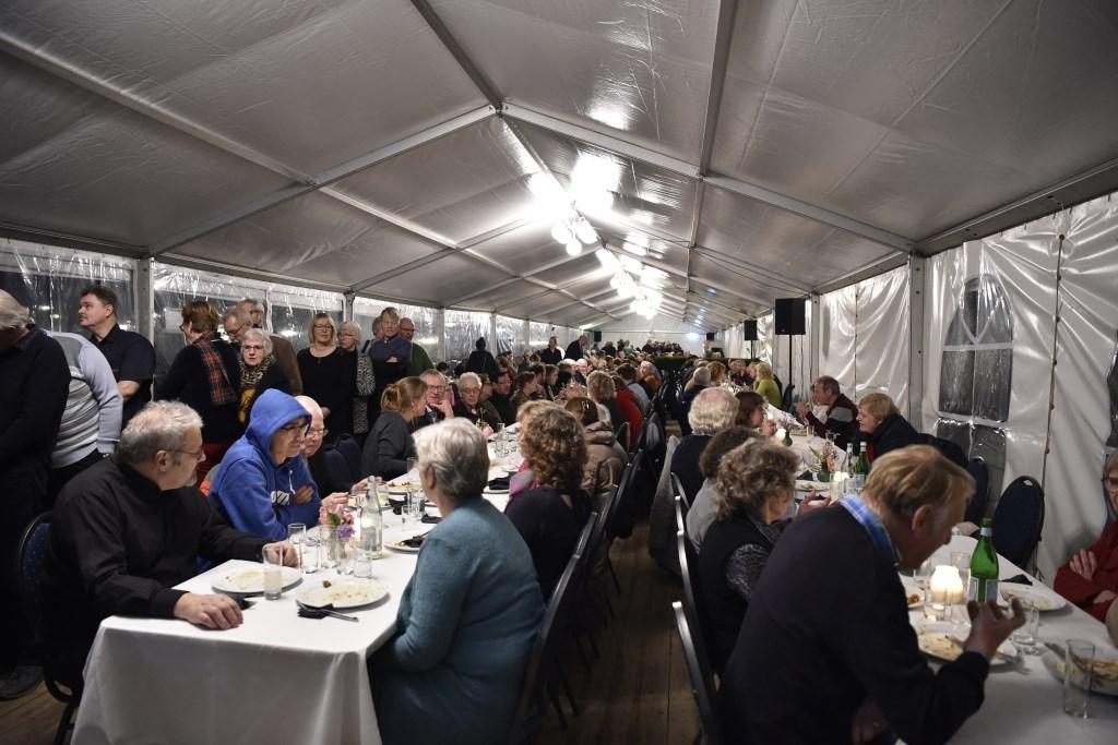 Een bijzonder buffet voor driehonderd vrijwilligers uit het dorp. Jaap van den Broek © BDU media