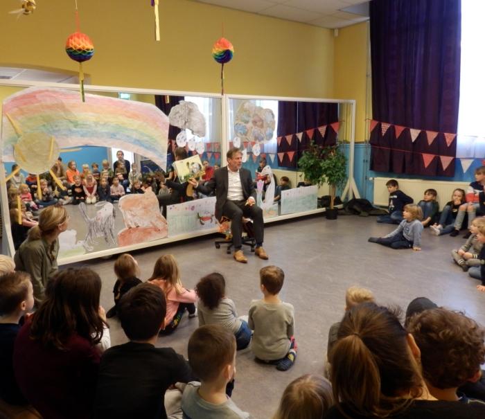Wethouder Van Doesburg leest de kinderen op Kindcentrum Alexandra voor uit het boek Moppereend.