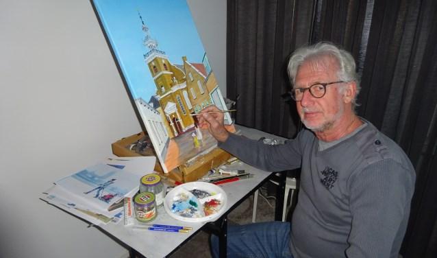 Sjaak de Graaf bij zijn schilderplek in de woonkamer.