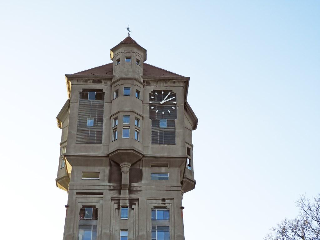 De toren heeft een uitkragende bovenbouw met erkers en op het dak een windwijzer.  Willem Moojen © BDU