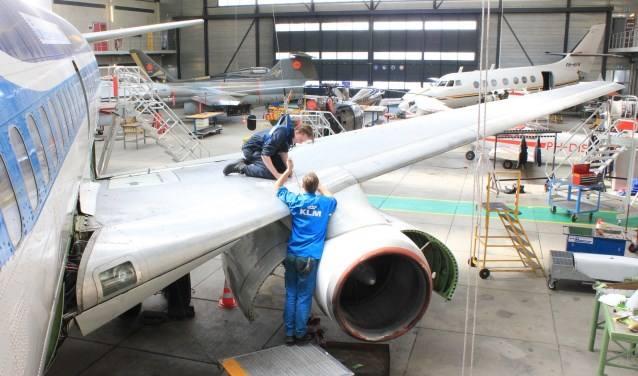 Studenten sleutelen aan de Boeing 737, het pronkstuk van de vliegtuigcollectie van de school.