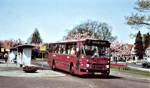 Busstation Soest-Zuid, omstreeks 1972, waar net een van de  lijnbussen van W.C. Tensen vertrekt voor een rit naar Hilversum.