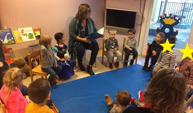 Wethouder leest kinderen voor uit Prentenboek van het Jaar