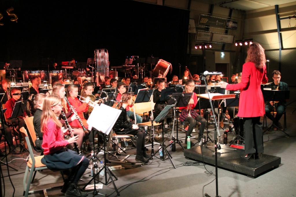 Vertrekkend dirigente van de leerlingenorkesten Gonda van Dijk tijdens het Openingsconcert Hannie van de Veen © BDU media