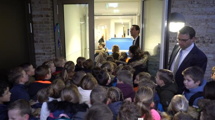de school stroomt vol nieuwsgierige leerlingen