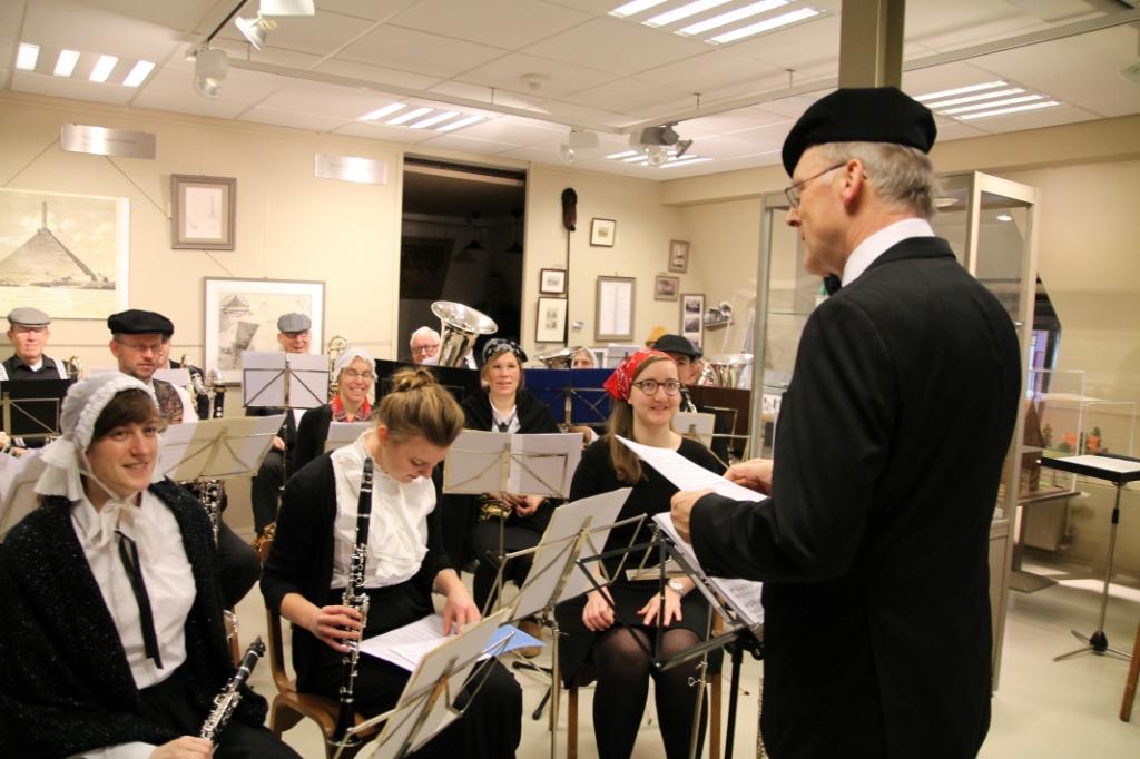 Eredirigent Cor Pronk dirigeert Fideliomuzikanten in ouderwetse kledij Hannie van de Veen © BDU media
