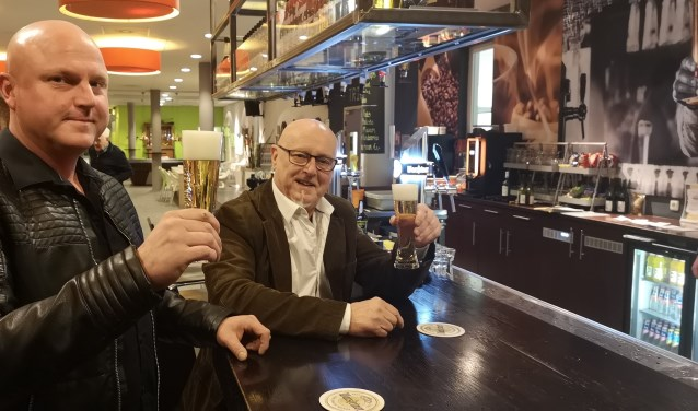 Gerrie (r) en zoon Sanne gaan vaak samen op pad. Lekker sporten, Ajax kijken of een biertje drinken. Wilco Willemse © BDU