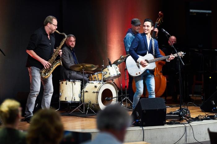 Elvis van Erd en band. Naast Arie de Kruif en Gerben Blanksma speelden muzikale Dante-bezoekers Jeroen Prinsen en Lennart Blokland spontaan mee!