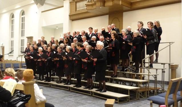 Leden van Hervormd Zangkoor Lunteren in de Bethelkerk, waar het (project)koorconcert op Bevrijdingsdag wordt gehouden.