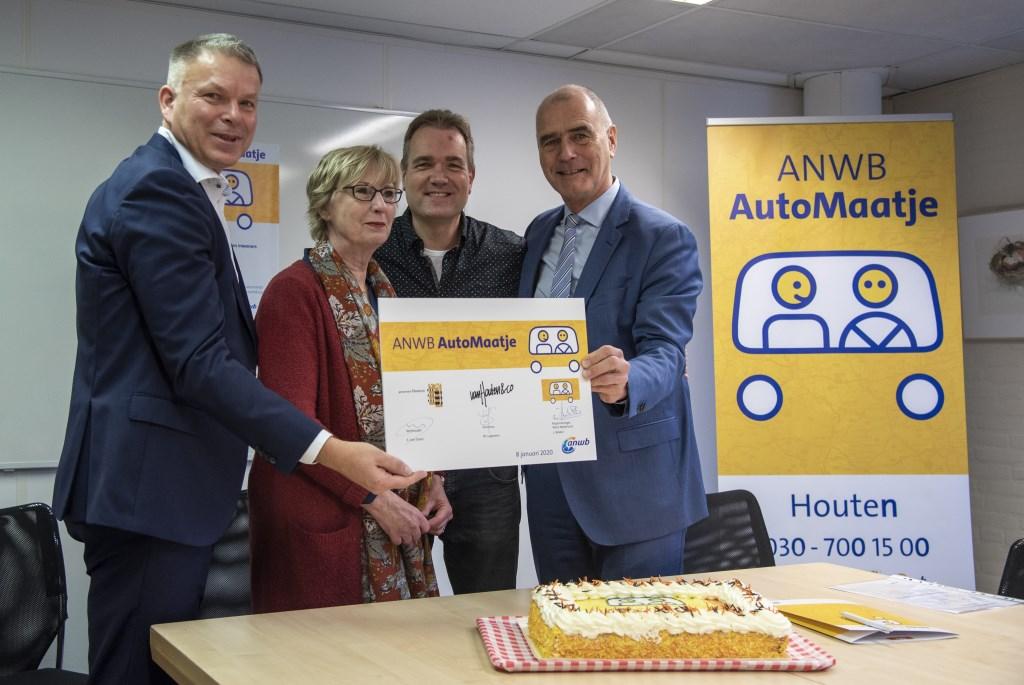 Leo Bekker, Willy Lagerveen, Paul de Kruijf en Kees van Dalen tekenen de overeenkomst Angela de Vogel © BDU media