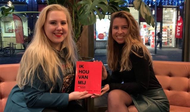 Demi Schuuring en Rochelle Wielinga maakten een boek over geluk.