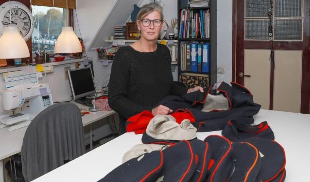 In haar atelier aan huis werkt Van Leeuwen aan de mooiste kostuums en accessoires voor re-enactment, themabruiloften en -feesten, in musea en voor toneel en film.