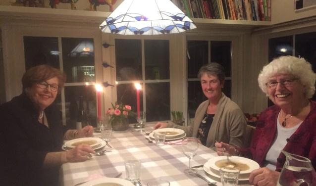 Aan tafel in woongemeenschap de Kamp in Bunnik bij Janny Koops (rechtsvoor), die samen met tafelgenoten Anke en Gonda etentjes organiseert voor het goede doel.