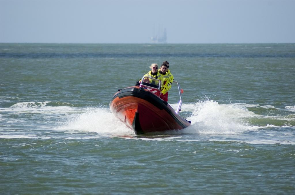 Lifeguards van reddingsbrigades in actie aan de Nederlandse kust.