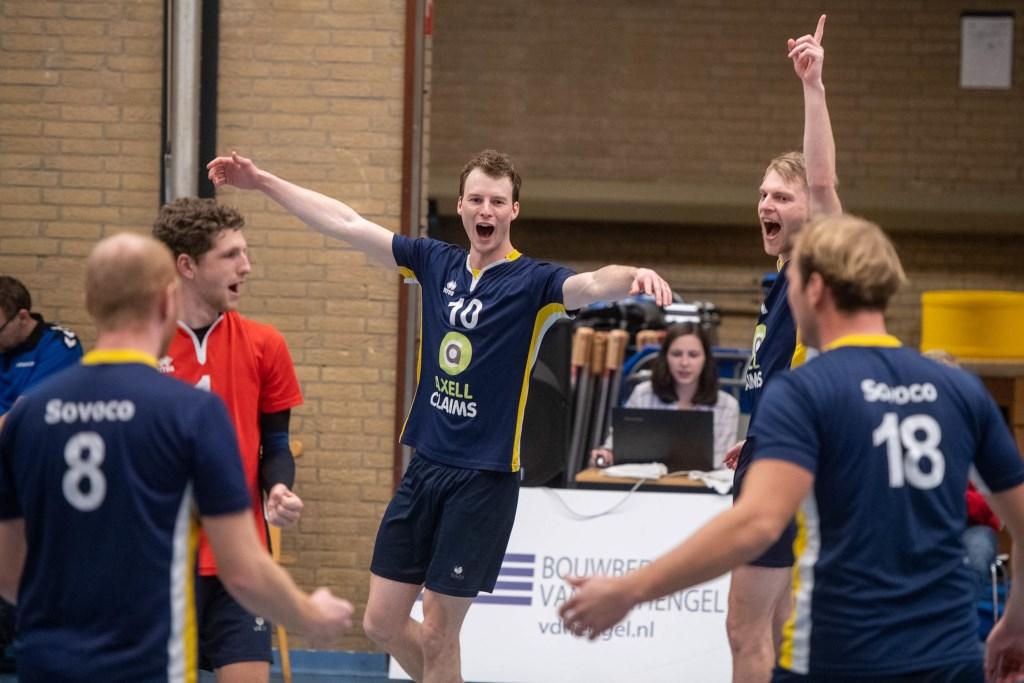 Juichende spelers bij Sovoco dat de eerste set won, maar toch met 1-3 verloor. Ronald Kersten © BDU media
