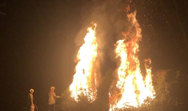 Wethouder Van Dalen steekt het vuur aan.