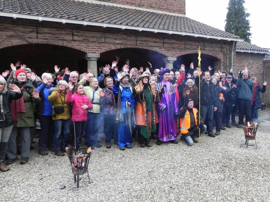 Blij en enigszins vermoeid is de groep aangekomen bij de RK kerk 'St Martinus' te Doorn.  Richard Thoolen © BDU media