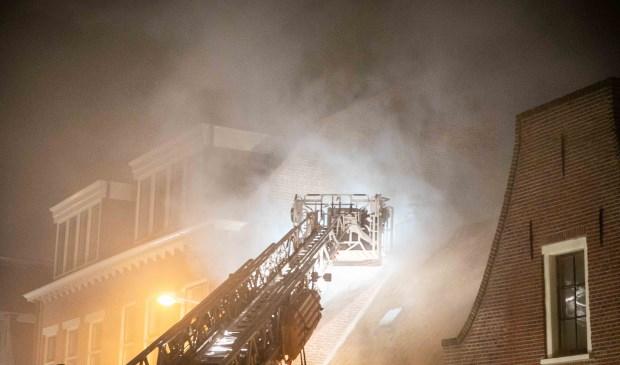 OVERVEEN - In een woning aan de Zijlweg in Overveen is vanavond brand ontstaan.Volgens een woordvoerder van de Veiligheidsregio komt er veel rook onder het dak vandaan. Op foto's is te zien dat er gedeelte van de straat blauw staat.Een bluswagen is op dit moment aanwezig om te controleren waar de  Foto: Laurens Bosch © BDU media