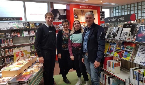 vlnr: Bram Huisers (student HU Journalistiek), Petra Boessenkool (wnd. Teamleider Bibliotheek), Mirjam Michielsen (student HU Journalistiek), Roel Zuidhof (directeur Bibliotheek)