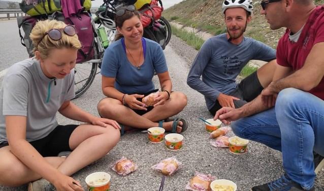 Lunch van het cateringbedrijf op de Turkse snelweg