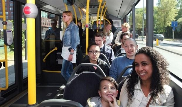 Reizigers in de bus
