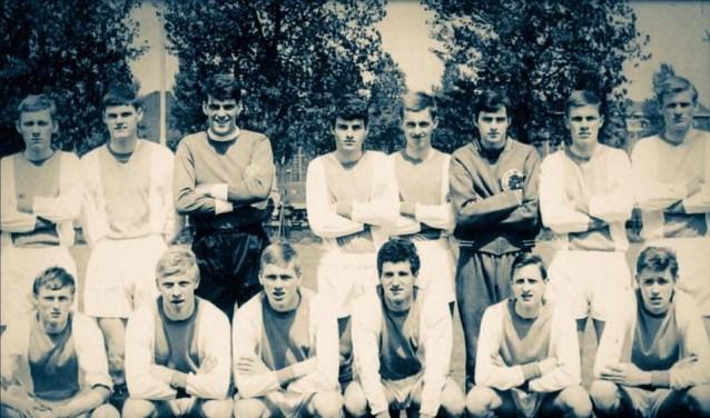 Ajax A1 1965, Gerrie Splinter onderste rij links. Onder, tweede van rechts is Johan Cruijff