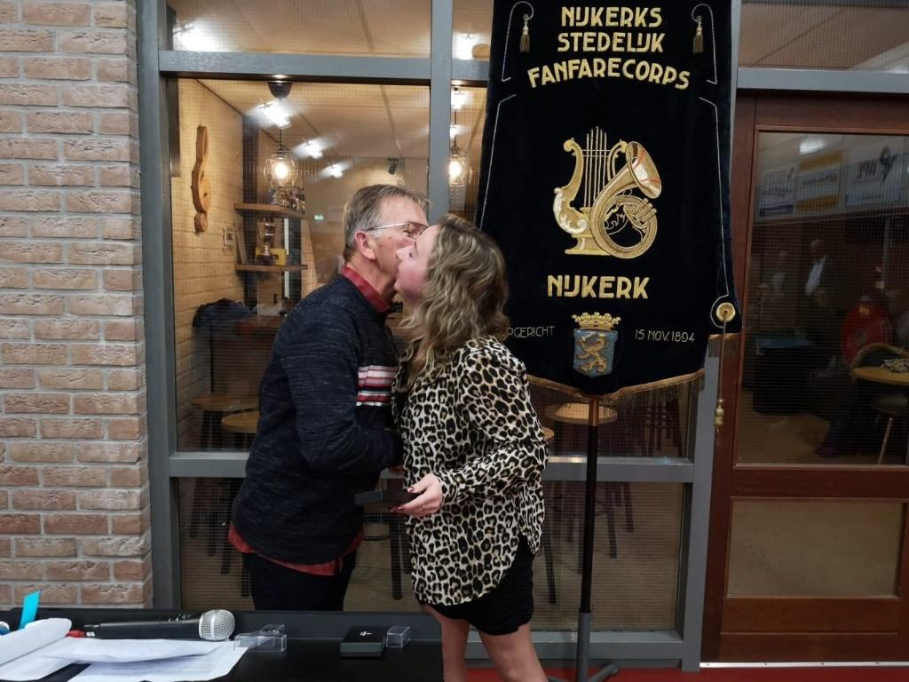 Vader Klaas Krijkamp feliciteert en overhandigd speldje aan dochter Klasina Krijkamp. NSFC © BDU Media