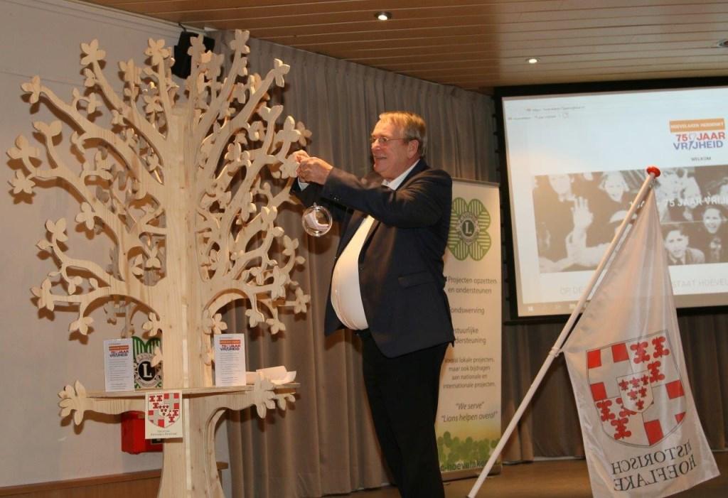 Guus Meijer hing de eerste bol in de Verhalenboom. Gerrit Steen © BDU Media