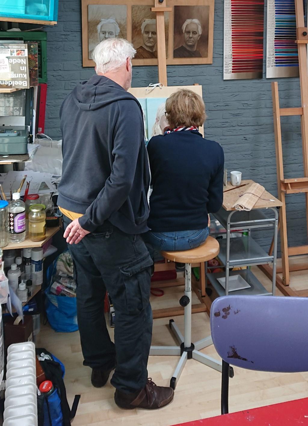 Peter van Oostzanen bekijkt werk van een leerling. Stichting Oud Soest © BDU media