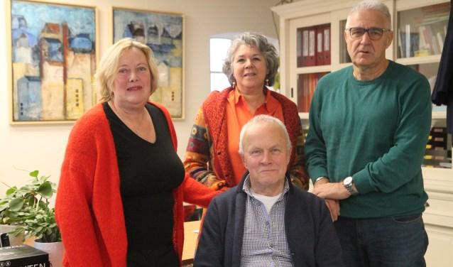 Riet Smal, Ellen Adank, zittend Gerard Hilderink en Peter van Schaik.