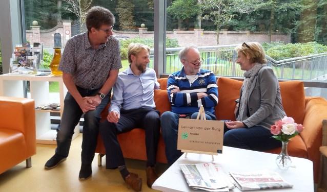 Jaap Holwerda (tweede van rechts) in gesprek met enkele lokale politici.