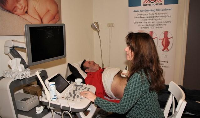 Edith Adriaansen maakt een echografie van de aorta.