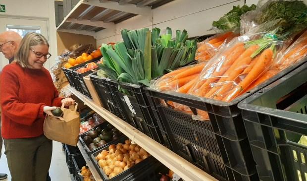 Verse producten in de schappen van de Voedselbank