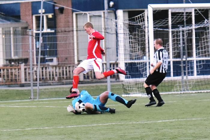 De doelman is net iets sneller bij de bal tvbloeme  © BDU media