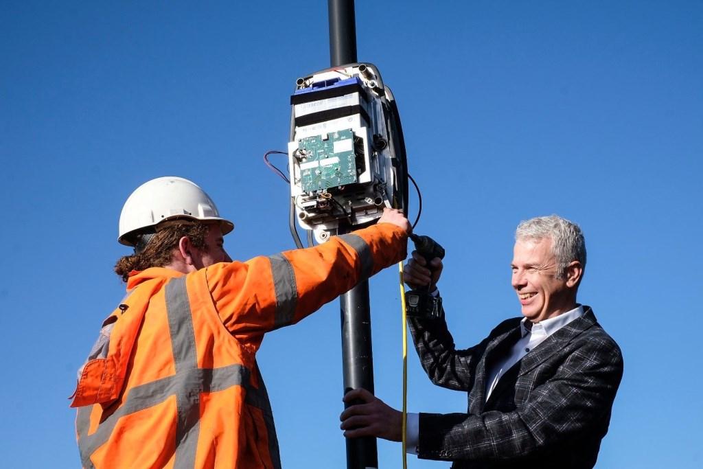 In oktober 2018 plaatste wethouder Hans Buijtelaar één van de vijf sensoren om de luchtkwaliteit in de stad te meten.