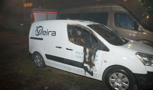 Een door vuurwerk beschadigde auto afgelopen jaarwisseling.