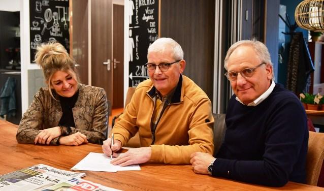 Vlnr dorpshuisbeheerder Mieke van de Bunt, Bertus Rakhorst en Bert de Graaf van de UVV.