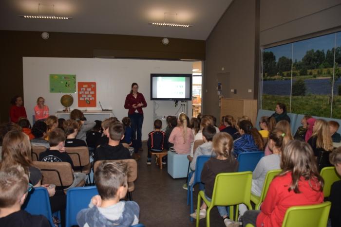 Sera Hoeks van Natuurcentrum Gorinchem geeft een presentatie aan de groepen 4 t/m 7 Malissa Morang © BDU media