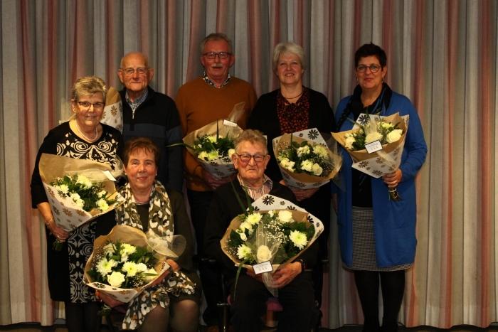 Op de foto de jubilarissen v.l.n.r. Meta van de Glind (25 jaar), Anne van Lagen (25 jaar), Wout Brink (40 jaar), Corrie van de Kuilen (40 jaar), Evelien Samplonius (25 jaar). Voorste rij Janny Ruiter (45 jaar) en Dik de Leeuw (45 jaar).