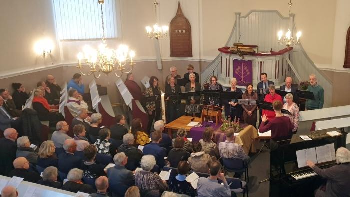 De eigen cantorij van de Koepelkerk zingt tijdens de Taizédienst van 26 januari.