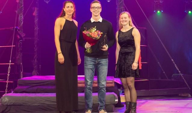Broer Robert Schinkel (midden) kwam de prijs voor zijn zus Laura ophalen.
