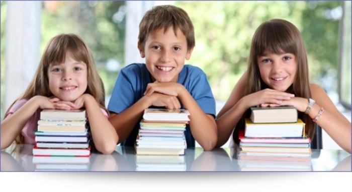 stapels boeken en kinderen